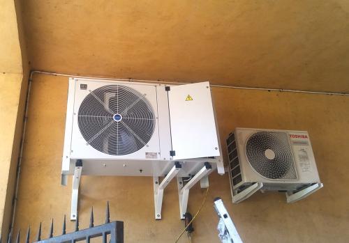 Agregat chłodniczy Area montaż w bramie wjazdowej