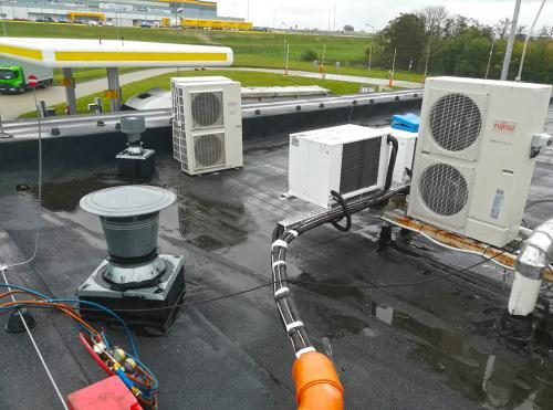 Agregat chłodniczy montaż na dachu stacji paliw