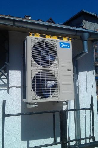 Agregat klimatyzacyjny dwuwentylatorowy Midea w trakcie montażu