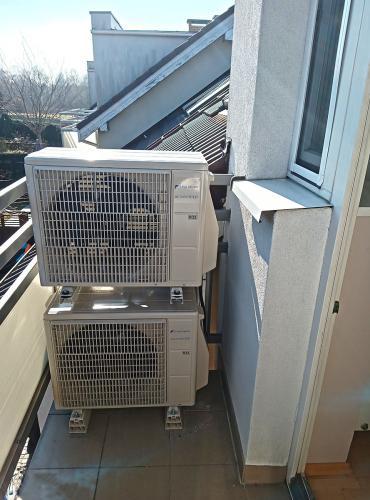 Agregaty Fuji Electric RSG09KMCC na posadzce balkonu