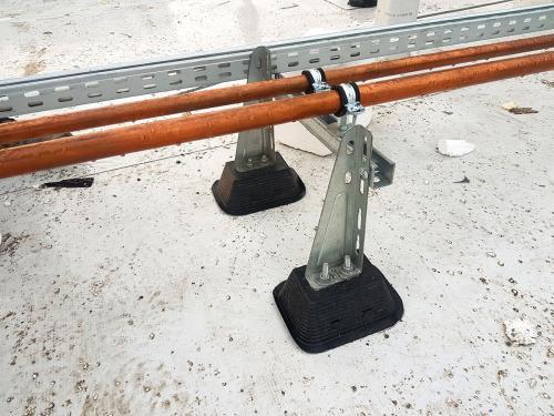 Instalacja miedziana ułożona na dachu pokrytym membraną