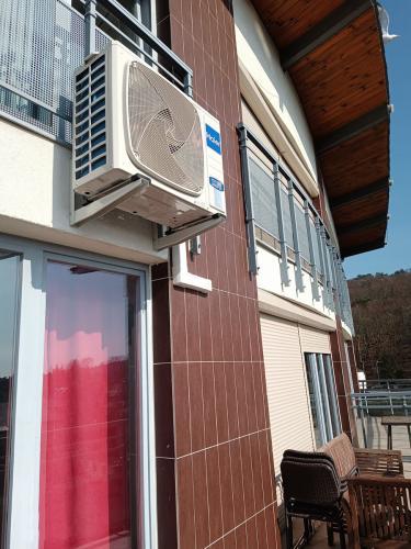 Klimatyzator Haier Tundra Plus na elewacji