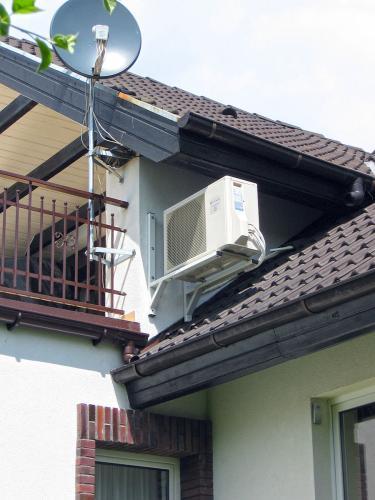 Klimatyzator agregat Fuji Electric RSG12 montaż na dachu