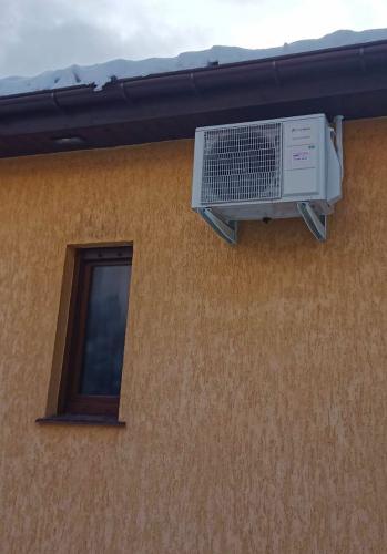 Klimatyzator agregat Fuji Electric RSG12KETA pod okapnikiem