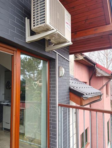Klimatyzator agregat Fuji Electric RSG12KMCC nad drzwiami tarasowymi