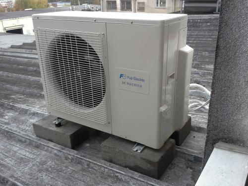 Klimatyzator agregat Fuji Electric RSG18 na dachu
