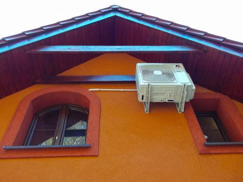 Klimatyzator agregat Gree na ścianie szczytowej domu