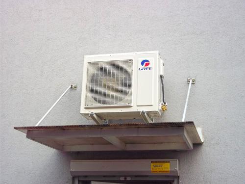 Klimatyzator agregat Gree nad wejściem