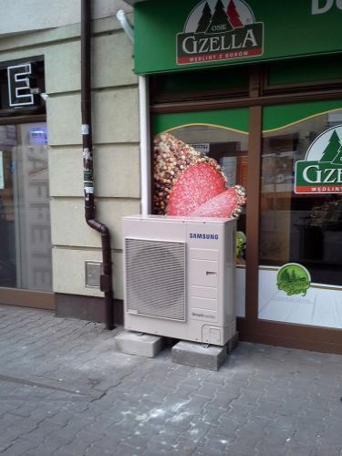 Klimatyzator agregat Samsung posadowiony na chodniku