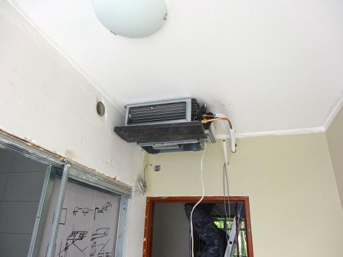 Klimatyzator kanałowy Daikin VRV podczas montażu w pokoju hotelowym