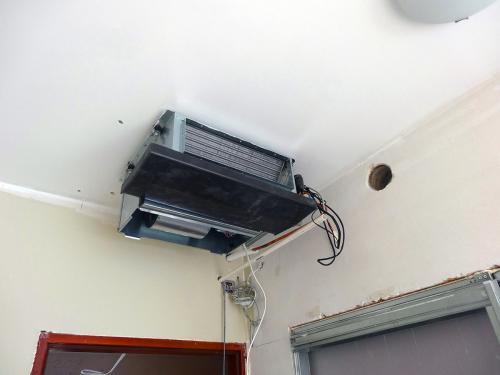 Klimatyzator kanałowy Daikin VRV podczas montażu w pokoju hotelowym(1)