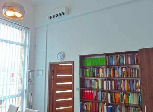 Klimatyzator naścienny Fuji Electric RSG12 montaż w kancelarii
