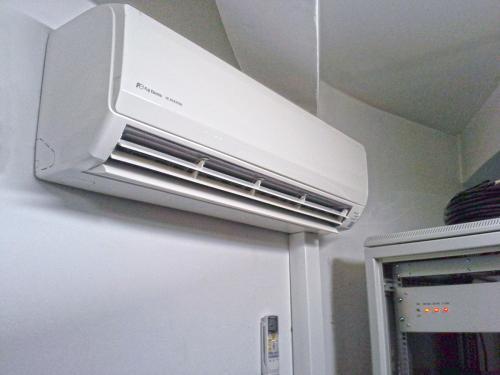 Klimatyzator naścienny Fuji Electric RSG12 w serwerowni