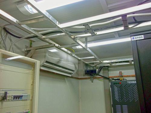 Klimatyzator naścienny Fuji Electric RSG24 w pomieszczeniu technicznym