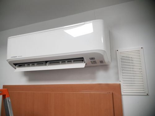 Klimatyzator naścienny split Mitsubishi w serwerowni