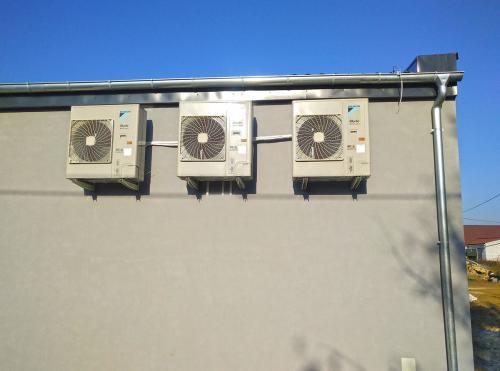 Klimatyzatory agregaty Daikin na elewacji