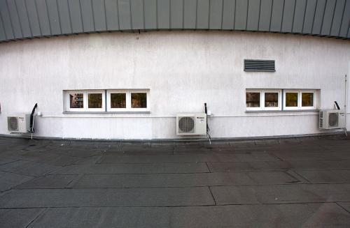 Klimatyzatory agregaty Gree w obiekcie sportowym z grzałkami odpływu skroplin
