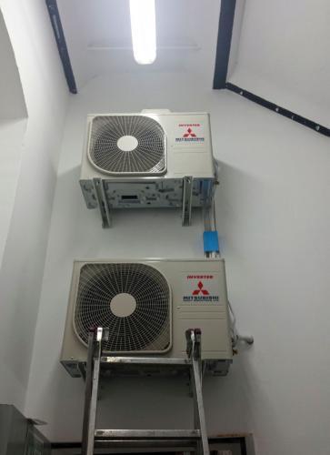 Klimatyztory aregaty Mitsubishi w pomieszczeniu technicznym