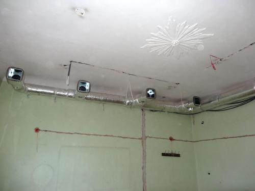 Montaż kanałów wentylacyjnych w izolacji w remontowanej Szkole Muzycznej w Szczecinie