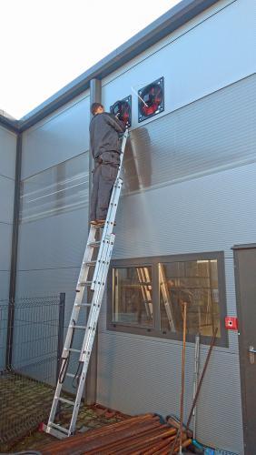 Montaż wentylatorów osiowych w zakładzie produkcyjnym