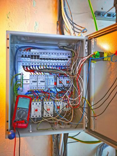 Prototypowa szafa sterownicza z automatyką chłodniczą podczas testów