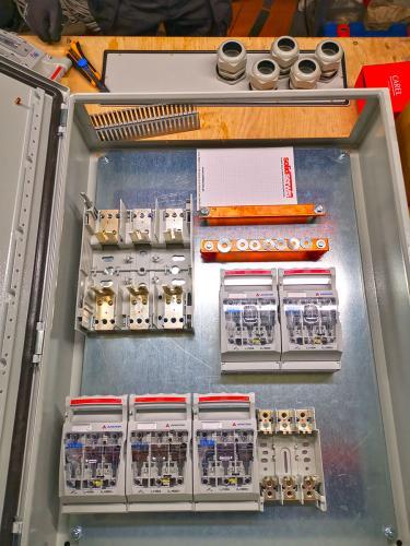Szafa energetyczna do agregatów chłodniczych podczas budowy