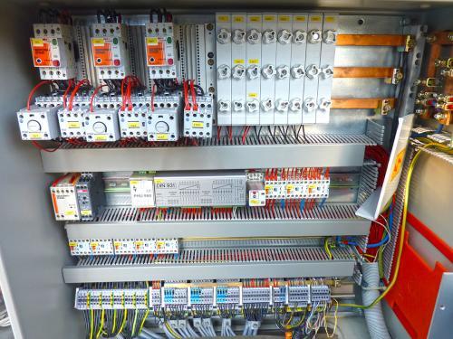 Szafa sterownicza z automatyką chłodniczą starego typu podczas modernizacji