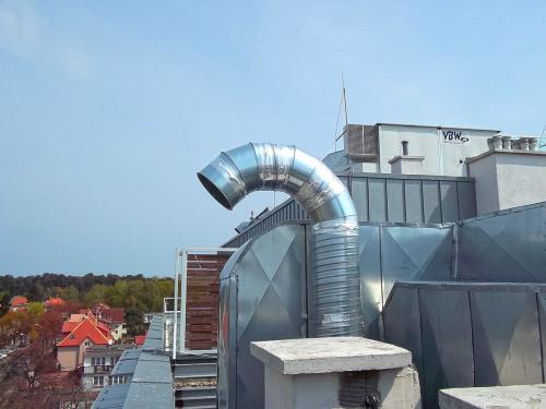 Wyrzutnia powietrza montaż na dachu centrum handlowego