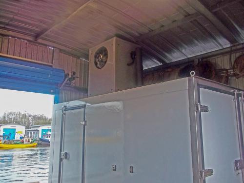 Wytwornica lodu łuskowego z komorą chłodniczą w porcie rybackim