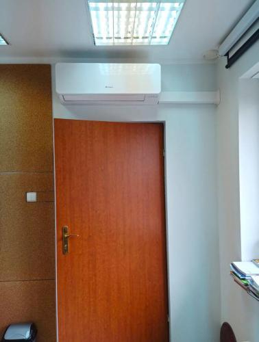 klimatyzator Fuji Electric RSG09KMCC nad drzwiami