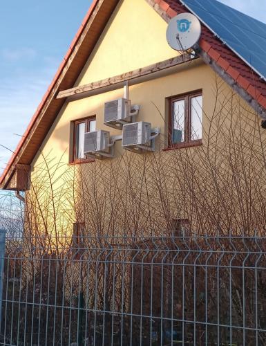 klimatyzatory agregaty Fuji Electric zamontowane na ścianie szczytowej domu