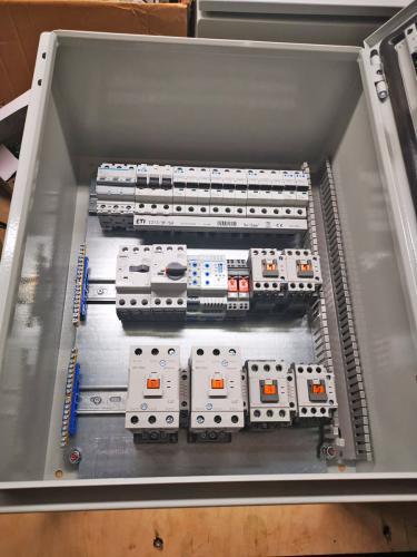 prototypowa Szafa sterownicza z automatyką chłodniczą podczas budowy